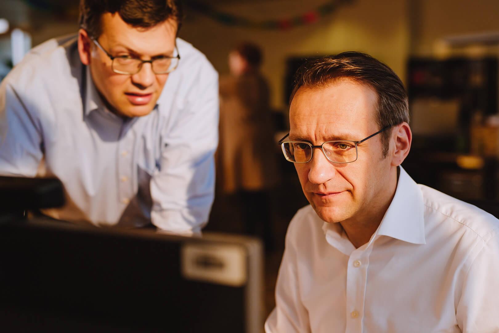Dr. Henrik Hahn am Rechner