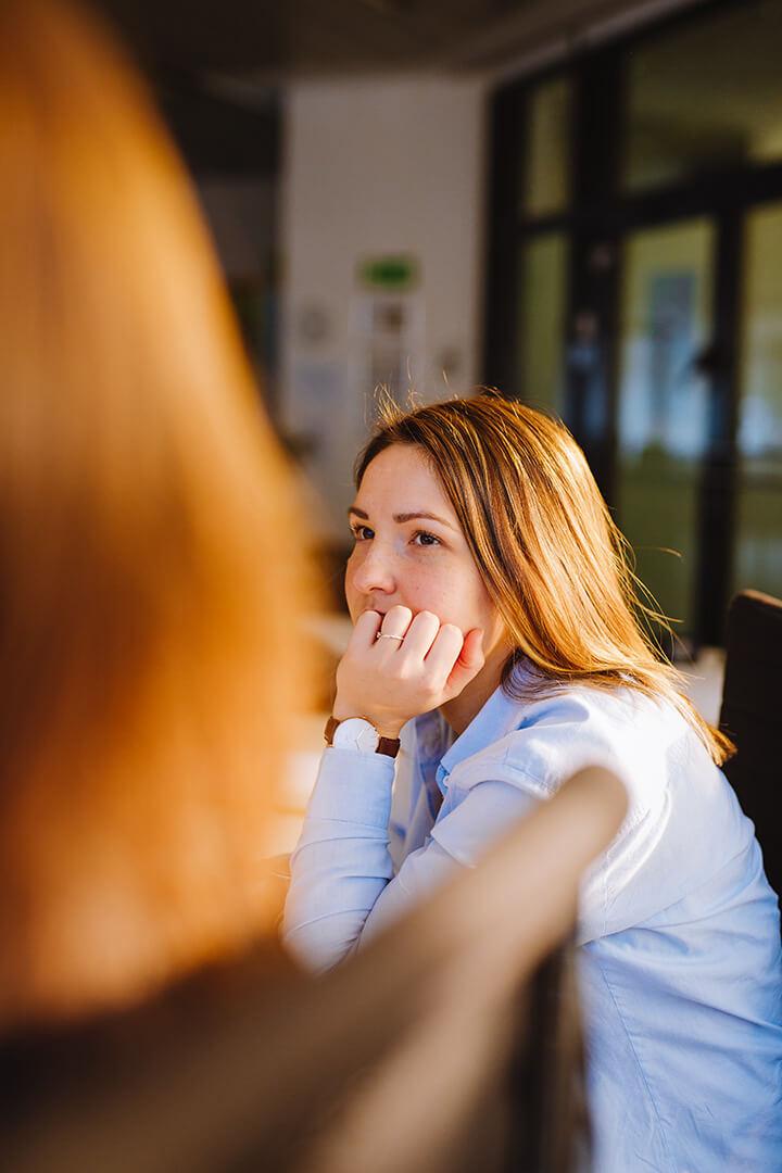 Frau beim Zuhören