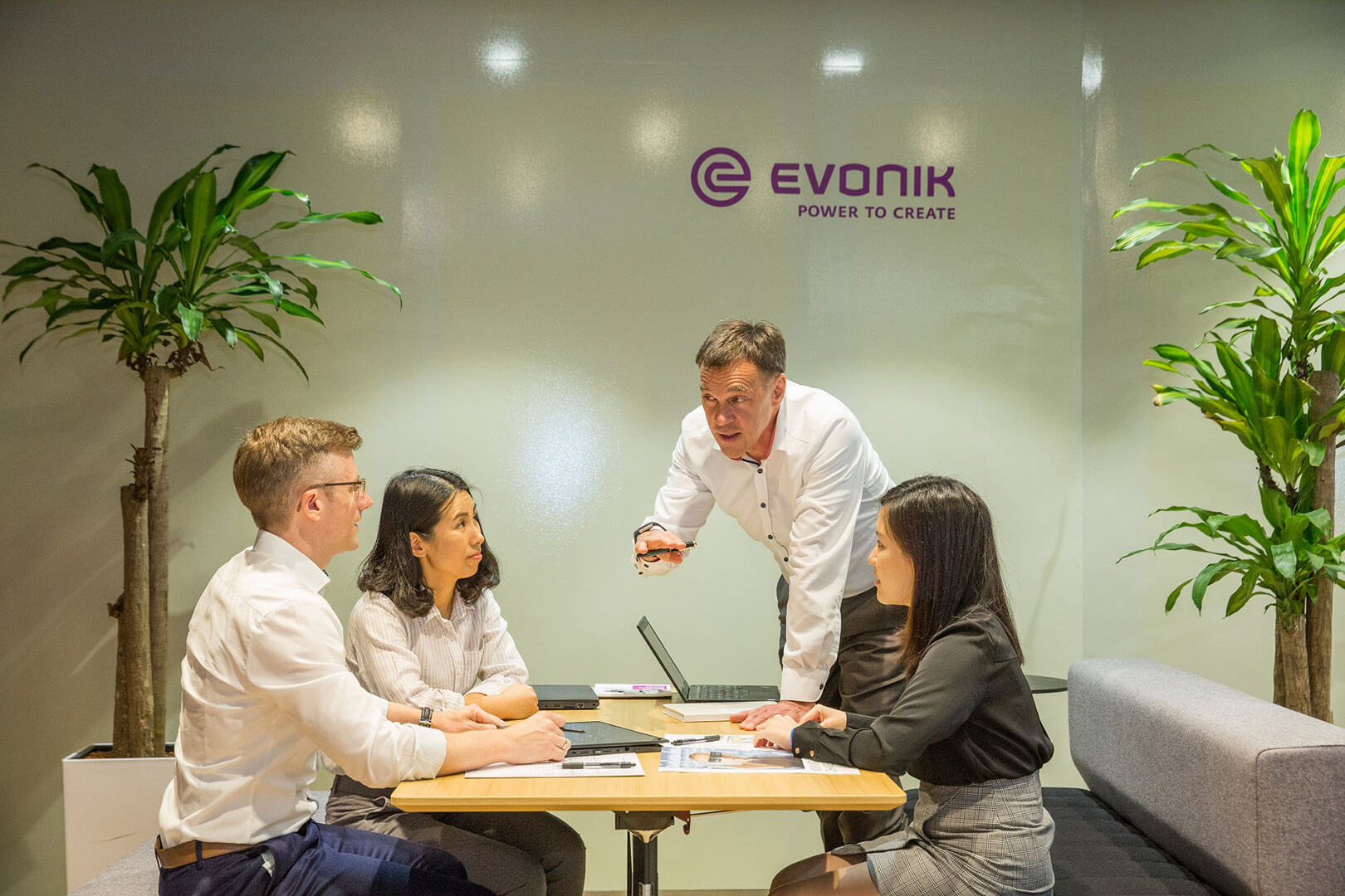 Employees of Evonik in a meeting